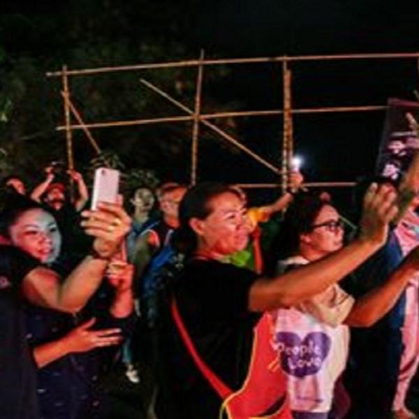 180709-thailand-cave-rescue-crowd-njs-0946_8c728803d3f285a0d8ceba3059e47a3c.fit-360w_1531155129601.jpg